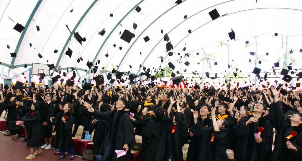 102年6月8日101學年度畢業典禮畢業生脫下帽子奮力拋向空中象徵迎向更寬廣的世界