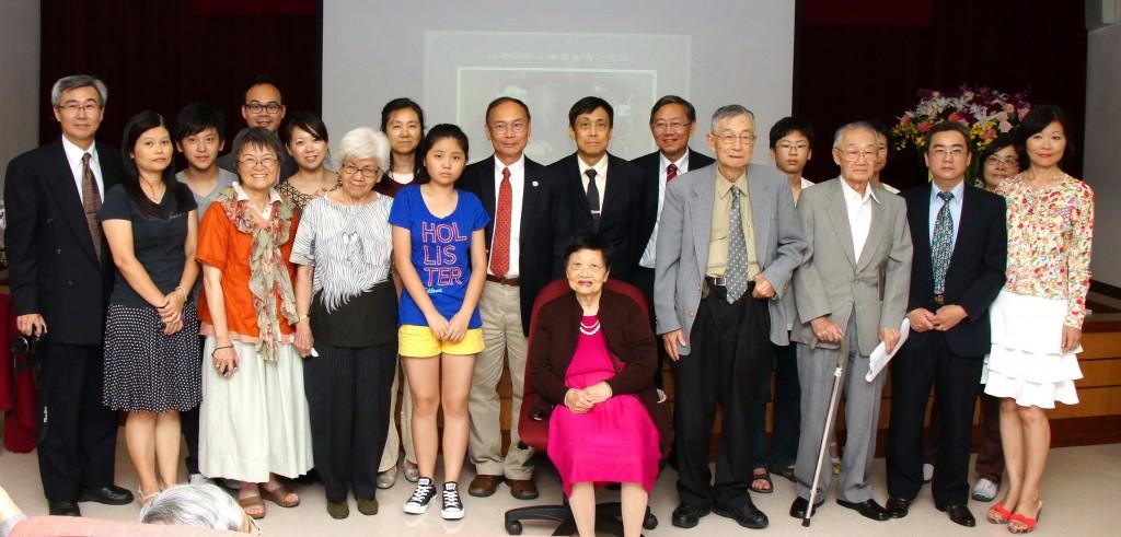 102年8月19日杜聰明博士120周年誕辰紀念演講會杜博士家屬四代二十多人會後合影