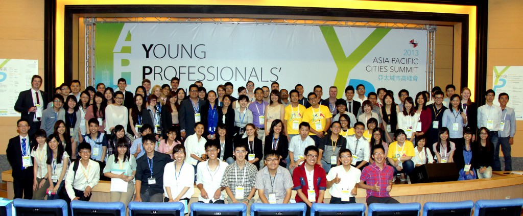 102年9月8日來自亞太地區各國56名青年代表與會亞太城市高峰會青年論壇活動會後合影