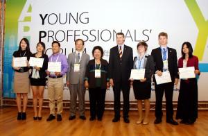 亞太城市高峰會 青年論壇 校長、陳菊市長、布市市長與國內外青年合影