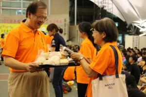 高醫書院於綜合集會場舉行共膳活動,圖為校長親送餐點給導師。