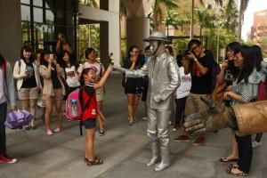 親近藝術 關懷生活 大馬路生活劇團 行動雕像逛校園
