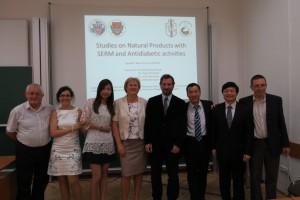 李志恒院長(右二)及天然藥物研究所張芳榮教授(右三)赴匈牙利姐妹校Szeged大學進行國際學術交流。